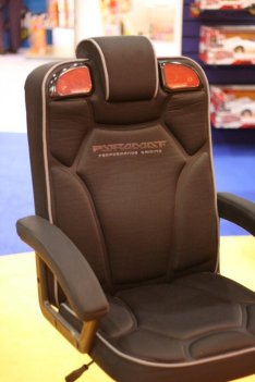 pyramat pc gaming chair 2 1 ubergizmo. Black Bedroom Furniture Sets. Home Design Ideas