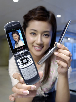 Super-slim clamshell phone from Samsung
